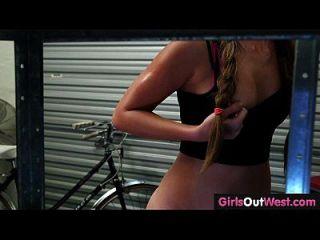 बाइक की मरम्मत की दुकान में पश्चिम प्यारा शौकिया समलैंगिकों बाहर लड़कियों