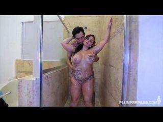 pawg बेट्टी बैंग उसे गधे स्नान में बढ़ा हो जाता है