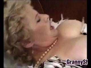 वसा और बस्टी दादी एक मुर्गा का आनंद ले रहे