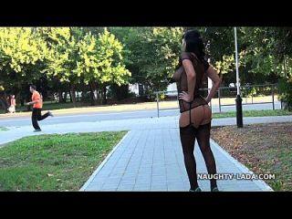 सार्वजनिक चमकती और नग्न जनता में स्टॉकिंग्स में खेलना