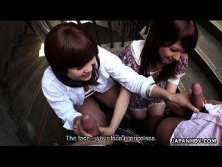 दो slutty एशियाई sluts सीढ़ियों पर दोस्तों चूसने