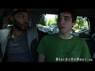 क्रिस किंगस्टन दो काले लोगों द्वारा गड़बड़ हो जाता है