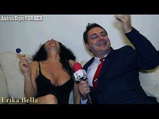 एरिका बेला एंड्रीआ डिपर के लिए उसके स्तन के साथ खेलती है
