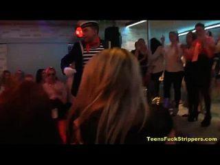 slutty किशोर चूसना और सीबीटी पार्टी में स्ट्रिपर्स बकवास