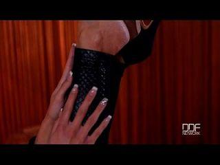 स्वाभाविक रूप से बस्टी ग्लैमर बेब पैटी मिचोवा पैर बुत