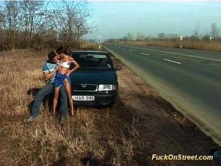कार के बगल में सड़क गुदा मैथुन