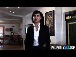 propertysex प्यारा अचल संपत्ति एजेंट ग्राहक के साथ गंदा pov सेक्स वीडियो बनाता है