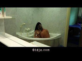 बस्टी गंदा लड़की बाथटब में बूढ़े आदमी को गीला प्रसन्न करती है