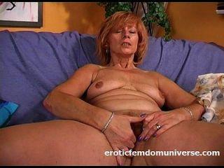 परिपक्व दादी खुद गहरी fucks
