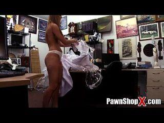 हताश दुल्हन मोहरे की दुकान xp14512 एचडी पर त्वरित नकदी के लिए उसके कपड़े और गधे बेचता है