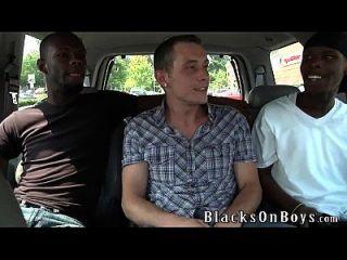 सेठ रयान का काला पुरुषों द्वारा प्रशिक्षित गधा मिलता है