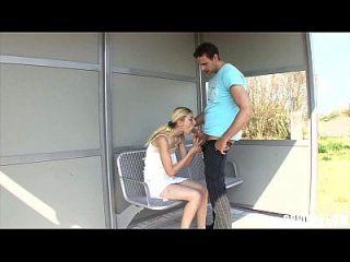 पतली जर्मन वेश्या गड़बड़ हो जाता है सड़क पर