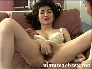 जापानी माँ सेक्स के बारे में बेटे के दोस्तों को सिखाती है|momteachsex.net