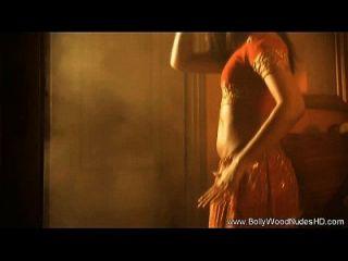 महिला जुनून के साथ नृत्य करती है