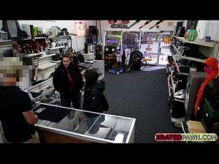 मोहरे की दुकान में सेक्स के लिए महिलाओं को नकद प्रदान करता है