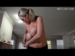 कृपया इस सेक्सी लड़की का नाम?