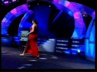 भारतीय अक्खरेदार ननिता एक विशाल पोशाक में बड़े बड़े बुलबुला बट गधा