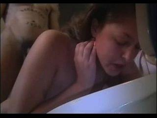 नग्न लड़की उल्टी उल्टी पीकिंग उल्टी गैगिंग