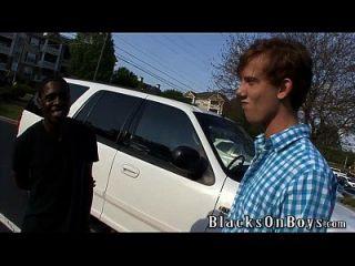काली ताकत एक काले आदमी के साथ समलैंगिक सेक्स की कोशिश करता है