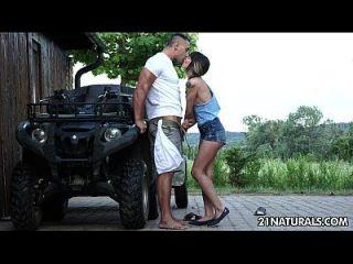 मोना किम के साथ खेत पर सेक्सी कट्टर एरोटीका
