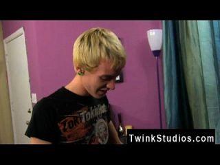 छोटे डिक twinks दीर्घाओं क्रिस जेट 2 आश्चर्य के साथ आता है और