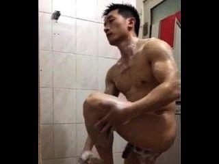 सुंदर चीनी पुलिस स्नान ले