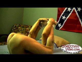 एक blowjob के बाद जर्विस तंग गधे में अपने विशाल डिक को टोकन मेढ़े