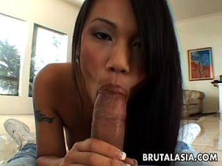 थाई एशियाई cuttie उसके गधे पर एक डबल डेकर है