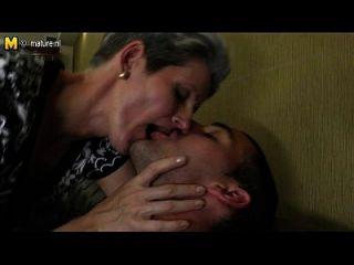 पतली माँ अपने बेटे के कठिन मुर्गा को प्यार करता है