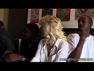 कैमलले को उसके लड़के द्वारा काले लोगों द्वारा टक्कर मार दी जाती है