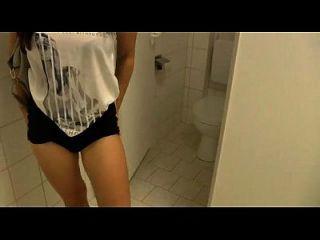 सार्वजनिक शौचालय में बकवास और blowjob
