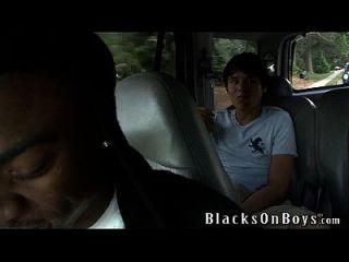 लीन स्पार्क्स एक काले आदमी को कुछ गधा देता है