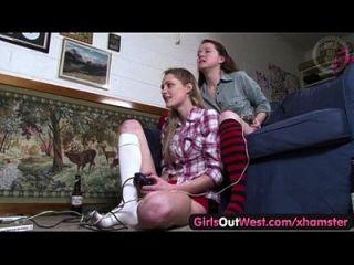 लड़कियों के बाहर पश्चिम बालों और पतली ऑस्ट्रेलियाई समलैंगिक लड़कियों