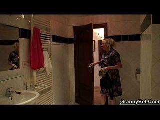 गोरा दादी स्नान के बाद उसे खुश करता है