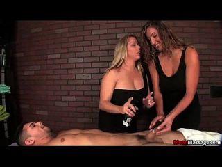 दो घमंडी महिलाओं टैग टीम एक गरीब जवान आदमी