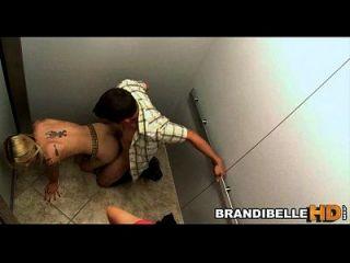 ब्रांडी बेले लिफ्ट के रूप में जोड़े में बकवास