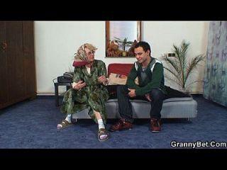 बूढ़ी महिला उसे गंजा बिल्ली की कसौटी हो जाता है