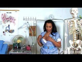 डैनीका कोलिन्स (डोना एम्ब्रोस) शरारती नर्स