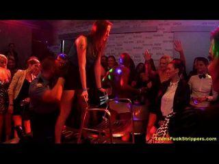 उत्तम दर्जे की लड़कियों स्टेपर पार्टी में slutty बारी