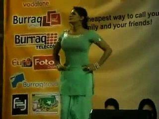 पकी बॉबी मंच एक्ट्रेस सईमा खान मंच पर बड़े स्तन मिलाते हुए