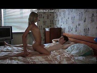सेक्सी लड़की के बट छेद वीर्य के साथ तृप्त हो जाता है