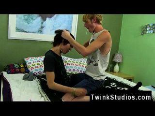 वीडियो की लड़कों और समलैंगिकों XXX कैलर से एक कच्ची गोललेट हो जाता है