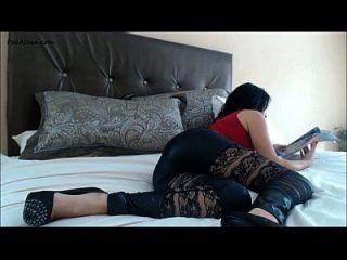 लड़की बिस्तर पर farts तेजस्वी
