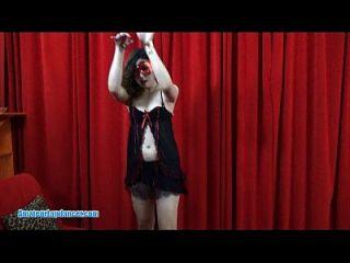कट्टर मुर्गा पर गर्म एशियाई लड़की lapdances और सवारी