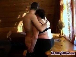 गलफुला दादी उसे में कुछ डिक हो रही है