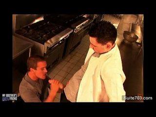 शरारती समलैंगिकों रसोई में गधे पंगा लेना