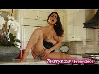 twistys रसोई और बाथरूम में मज़ा है
