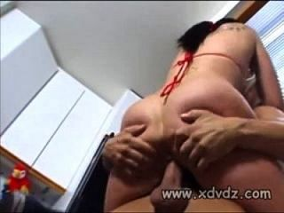 आकर्षक उसके प्रेमी के साथ बास्केटबाल मैच रोकता है ताकि वह सेक्स के लिए अंदर खींच सके