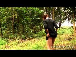 busty स्कूल लड़की जंगल में खराब हो गया है