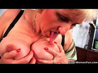 उसके बड़े स्तन उंगली के साथ दादी anna उसकी मीठी परिपक्व बिल्ली fucks